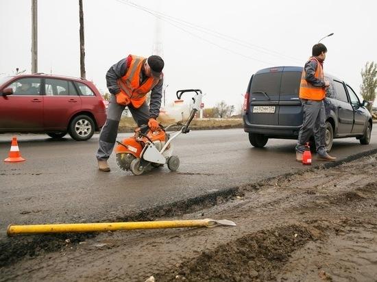 В Волгограде обновляют дорожные колодцы