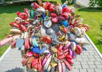 В Одинцове под тяжестью замков молодоженов согнулся символ семьи
