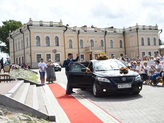 Более 50 вологодских пар поженились в День памяти святых Петра и Февронии