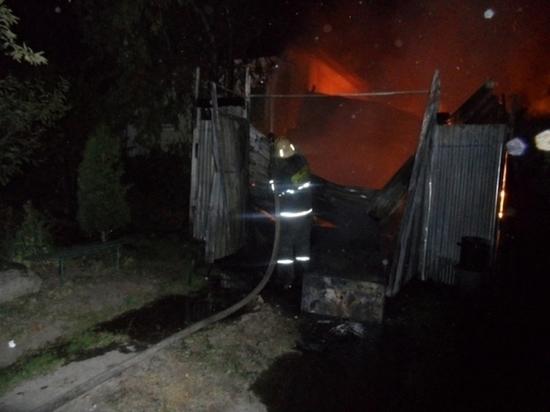 Огонь уничтожил сарай в поселке Октябрьский