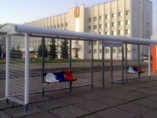 Российская сборная особо никого не удивила, но под окнами мэрии появились футбольные ворота