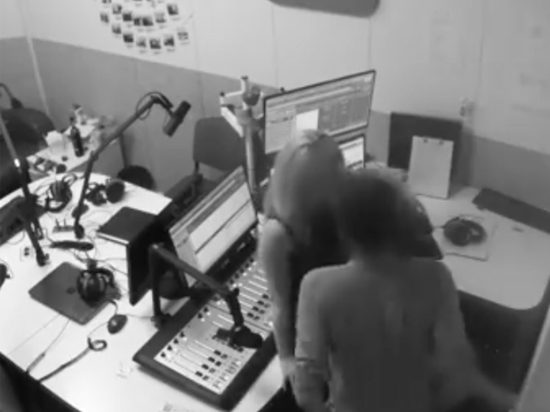 Секс-свидание в студии киевской радиостанции попало на видео