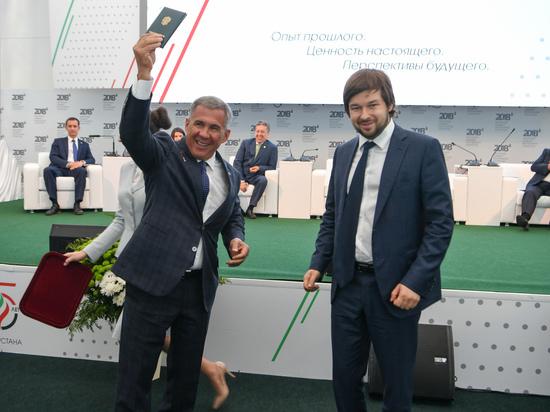 На Нефтяном саммите-2018 президенту Татарстана вручили знак «Почетный разведчик недр»