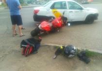 Мотоциклист и таксист не смогли разъехаться на Масленникова