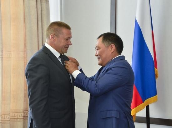 Шолбан Кара-оол  наградил  уходящего руководителя Следственного комитета Тувы Андрея Потапова  высоким званием