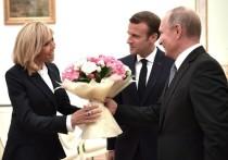 Владимир Путин подарил букет супруге Эммануэля Макрона