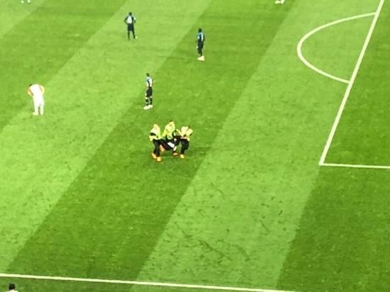 Девушка в полицейской форме выбежала на поле на матче Франция-Хорватия