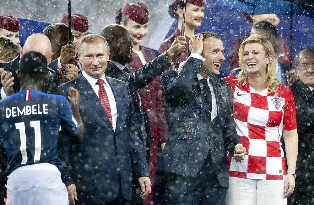 Мокрые Путин, Макрон и компания: кадры ливня после финала ЧМ