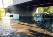 Вода на дороге  в Орске заблокировала движение автомобилей и общественного транспорта