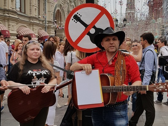 Уличные музыканты прошли через Никольскую, чтобы написать заявление на полицейских