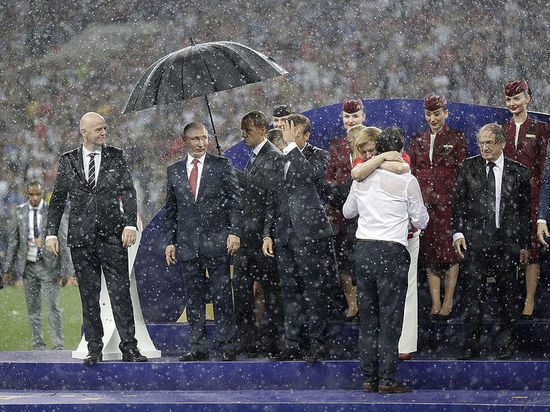 В Кремле оправдались за зонт Путина на финале ЧМ-2018