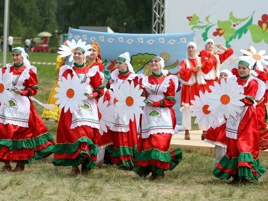 Минниханов одел Кокорина в татарский костюм