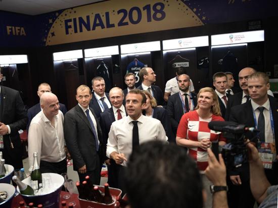 Путина закрыли зонтом от шампанского в раздевалке сборной Франции