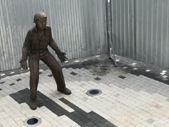 В Казани у установленных в ЧМ-2018 скульптур школьников-футболистов пропали портфели
