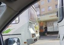 В Кемерово в маршрутку, среди пассажиров которой были дети и беременная женщина, врезался автобус