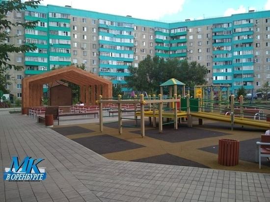 Некомфортная среда: во дворе на Липовой в Оренбурге пьяница накинулся на пенсионерку из-за замечания