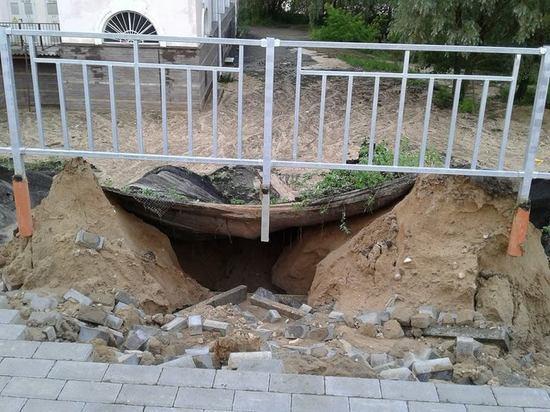 Ливень подмыл новую дорогу и тротуар возле стадиона «Нижний Новгород»