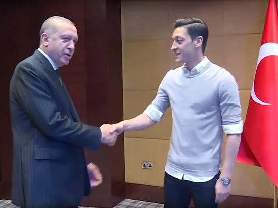 Озилпокинул сборную Германии по футболу из-за встречи с Эрдоганом