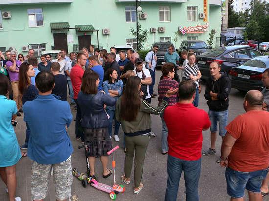 Жители белгородских многоэтажек не могут заехать в собственные дворы