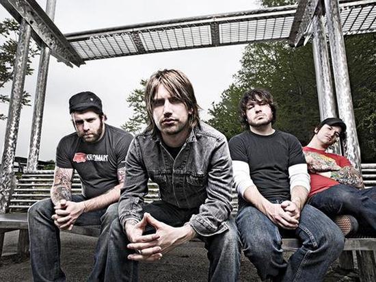 Гитарист метал-группы пивным плевком в глаз спас жизнь фанатке