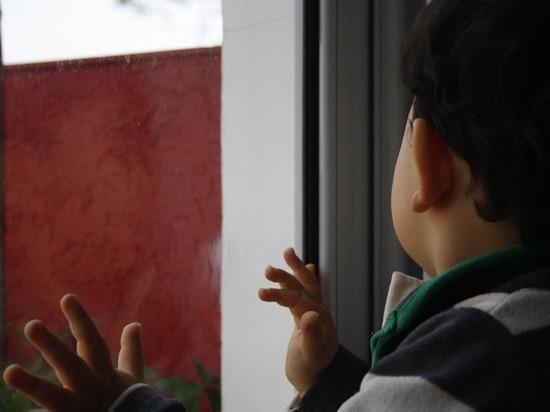 Ребенок выпал изокна многоэтажки вКемерове наглазах уочевидцев