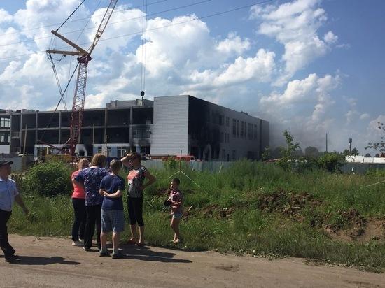 Здание недостроенной школы полыхает в Зуевке