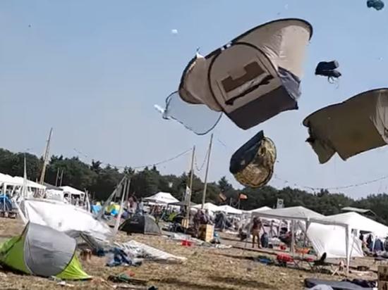 Мини-ураган поднял в воздух палаточный городок: опубликовано захватывающее видео