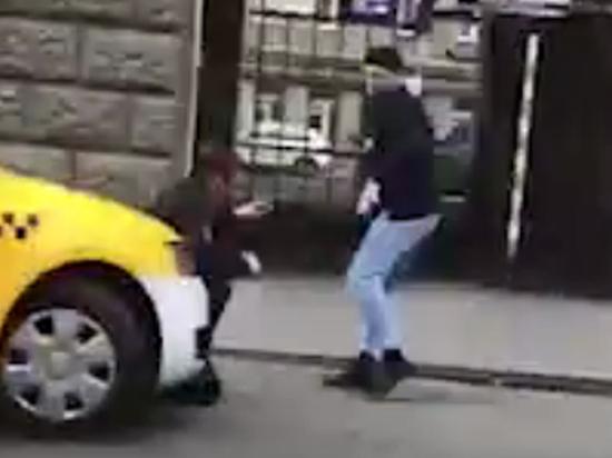Дерзкое нападение с ножом на московского полицейского: разыскивается неизвестный в тюбетейке