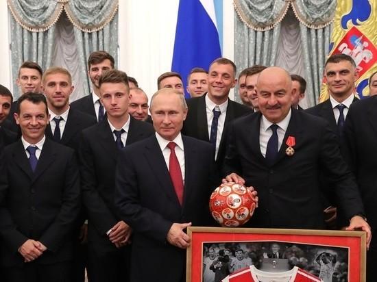 Наградившему футболистов Путину подарили мяч без подвоха