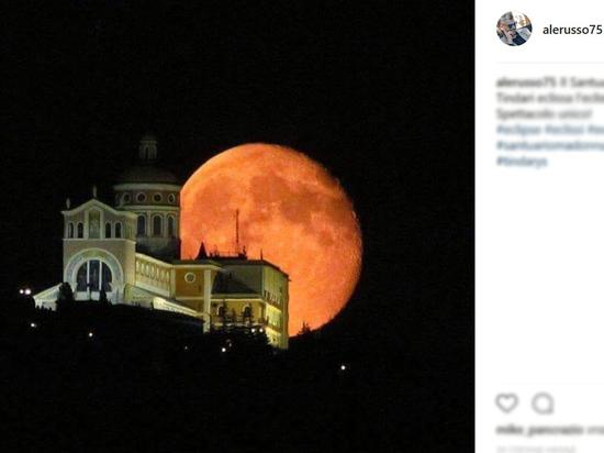 Затмение кровавой Луны в фотографиях: земляне очарованы и напуганы
