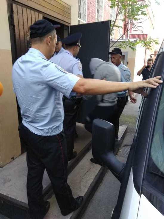 Подростка, покушавшегося на полицейского, доставили в суд