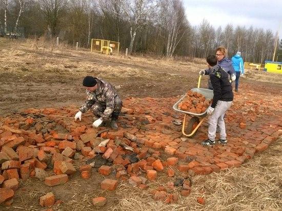 Калужские многодетные семьи вынуждены строить дороги из кирпича