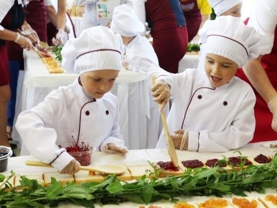 Дети Чебоксар приготовили самый длинный бутерброд в России
