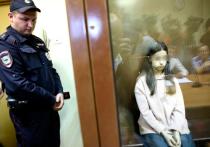 Небольшой скандал произошел сегодня возле изолятора временного содержания, где находится  Ангелина Хачатурян, которая вместе с двумя сестрами подозревается в убийстве отца