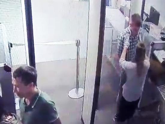 Пикантное видео: пассажир ущипнул сотрудницу аэропорта за грудь во время досмотра