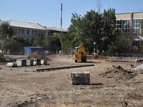 В Трусовском и Советском районах полным ходом ремонтируют дворы