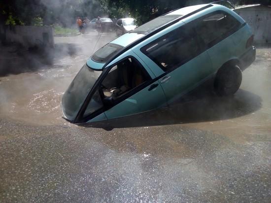 В Омске автомобиль с водителем провалился в кипяток – фото