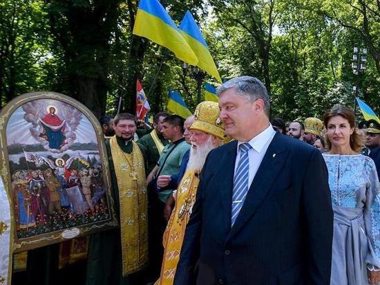 Путеводитель поКрыму подарили Петру Порошенко неизвестные