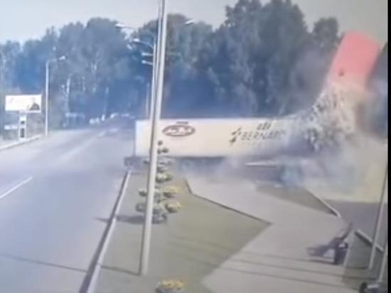 Фура с водкой на огромной скорости врезалась в бетонную стелу Новокузнецка