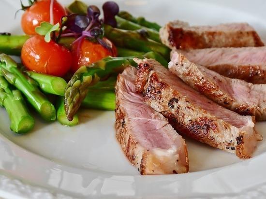 Треть россиян назвала вегетарианство вредным: молодежь хочет мяса
