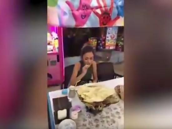 Худенькая девушка съела 255 кебабов, победив огромных мужиков сопытом
