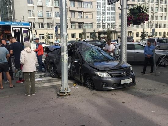 «Тойота» лишилась колес в автоаварии на Красном проспекте