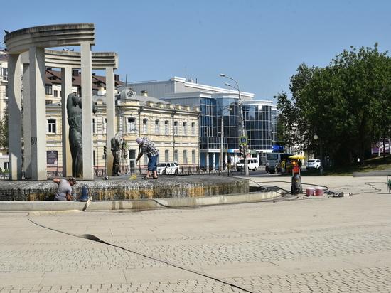 В Астрахани на регулярной основе чистят городские фонтаны