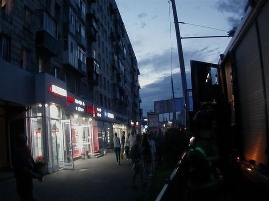 В Казани очевидец до приезда «скорой» удерживал на груди полуторогодовалого ребенка, который упал из окна 4 этажа на крышу магазина