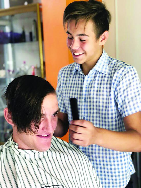 Юный барбер из Улан-Удэ стрижет сирот, хочет открыть бизнес и выучиться на хирурга