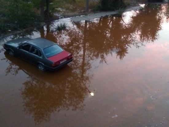 В одном из дворов Астрахани появилась лужа со ржавой водой