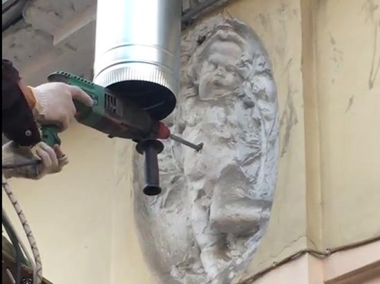 В Петербурге изуродовали барельеф: просверлили ангелу живот ради водостока