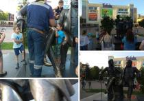 Подмосковный «памятник глупости»: между Пушкиным и Крыловым застряли уже пятеро