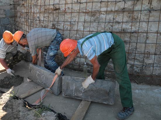 Рабочие облицовывают волгоградскую ротонду 600-килограммовыми гранитными плитами