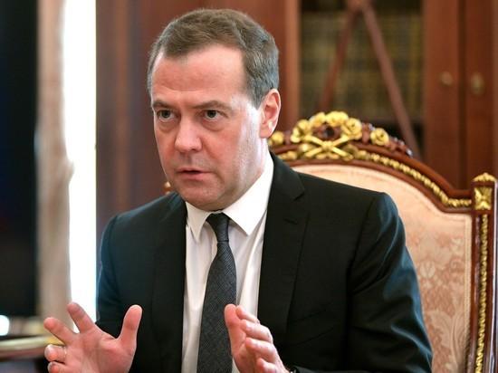 Медведев сравнил пенсионную реформу с